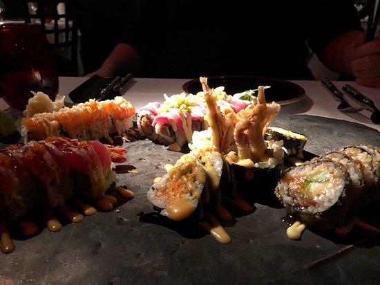Spændende hyggelig indgang og restaurant. Virkelig  god shusi som havde mange ekstra  detaljer. Smagte fantastisk