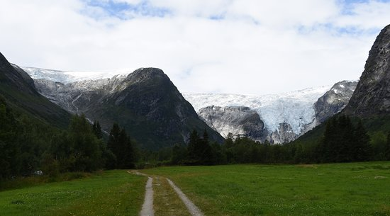 Jostedal, النرويج: The long view up the valley to the Bergsetbreen glacier.