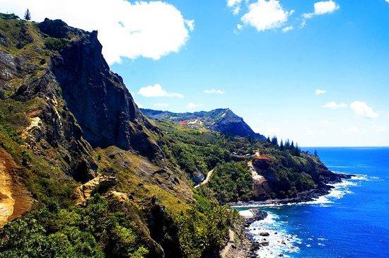 Pitcairn Island: Non vi è luogo più remoto delle Isole Pitacairn. Sperdute nel Pacifico, nessun volo o nave diretta può arrivarci. Il modo più breve? 4 giorni di navigazione da Tahiti. I soli 32 abitanti sono i diretti discendenti degli ammutinati del Bounty. Luogo paradisiaco quanto incredibile. 2 sole ore di corrente al giorno (generatore), nessuna strada, 10 turisti ammessi, nessuna struttura recettiva, isolati dall'intero pianeta. Oggi famose anche per l'isola di Henderson stretta nella morsa della plastica!