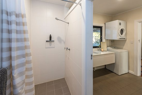 Exeter, Australia: Bathroom, sink, washer, dryer. The toilet is in a separate room beside the bathroom