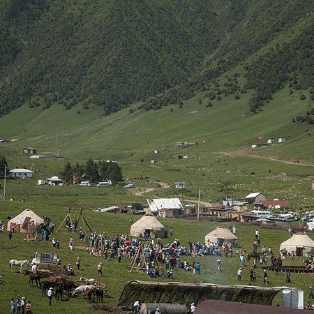 Chunkurchak, Kirgisistan: Чуңкурчак өрөөнү-Кыргыз Ала-Тоосунунтүндүк капталында. Аламүдүн жанаАла-Арча капчыгайларынынаралыгындагы кооз өрөөн. Узундугу 26 км. Аянты 97 км2. Деңиз деңгээлинен 2200м бийиктикте жайгашкан. Өрөөндү курчаган тоолордун эң бийик жери 4875 м. Төрүндө жалпы аянты 12,8 км2келген 4 мөңгү бар; эң чоңу Шопоков мөңгүсү. Өрөөндөн Чуң курчак суусу (Аламүдүн куймасы) агып өтөт.