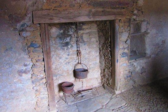 Lagrauliere, Франция: la cheminée du logis.