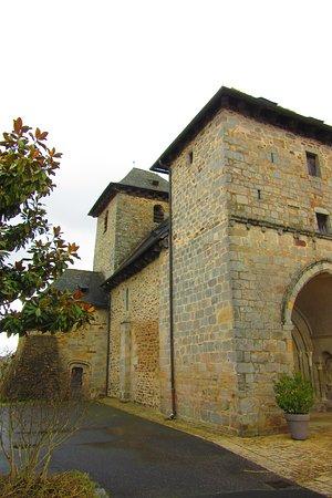 Lagrauliere, Франция: le véritable clocher au deuxième plan.
