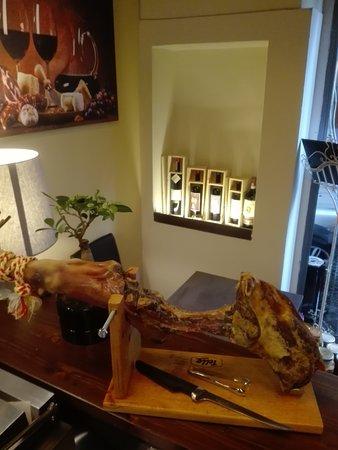 Jamon Serrano Iberico, all Enoteca Wine Bar Retrogusto. Ne abbiamo mangiato ma ce n è ancora!