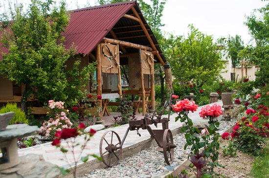 Talas, Kirgizië: The garden is fulfilled by antique nomad lifestyle tools