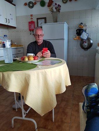 Alojamento local bastante interessante pela localização e decoração antiga portuguesa. Café da manhã (pequeno almoço) mesmo sendo mediterrâneo (poucas coisas) ache bem fraco e faltou alimentos.