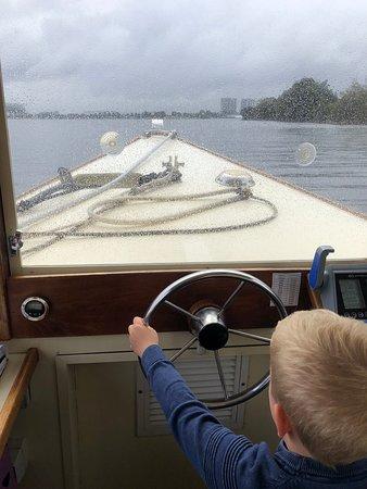 Viaje de regreso en ferry Elizabeth Quay a Claisebrook Cove: Our four year old steering!