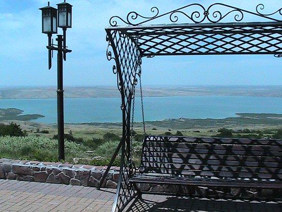 """Sengileyevskoye, Russland: Вид на Сенгилеевское озеро со смотровой площадки ресторана """"Волчьи Ворота"""""""