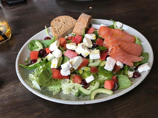 Runavik, Faröer Eilanden: Cibo salad - pleny of greek cheese and salmon