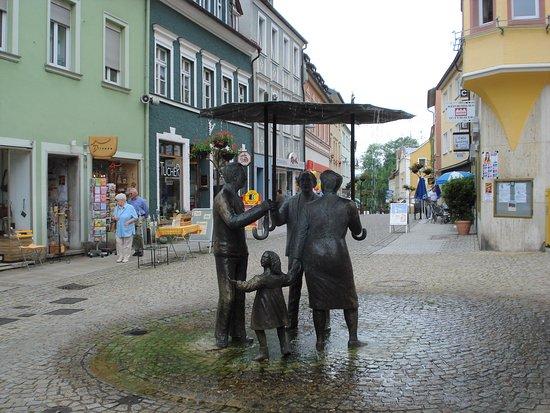 Figuren im Regen