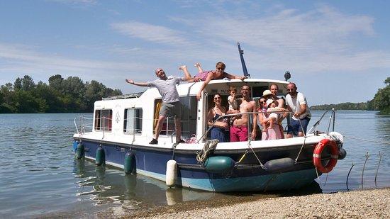 Vallabregues, Frankrike: Croisière sur le Rhône entre Avignon et Arles avec Black Bee Boating. Un pur moment de détente et d'aventure !
