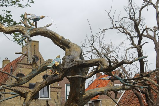 Friesland, Nederland: Beautiful tree of Life Fountain at Hinderlopen