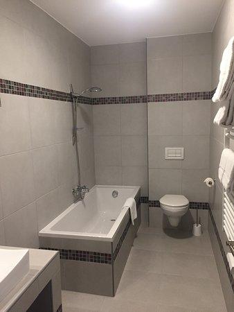 Le Pouldu, Frankreich: salle de bain avec baignoire