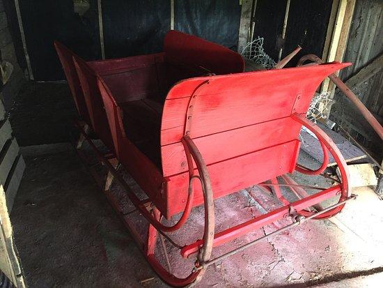 Sainte-Marguerite-du-Lac-Masson, Canada: Traîneau / berlot à vendre.  100 ans et plus , fonctionnel ou décoratif, avec accessoire pour un cheval.