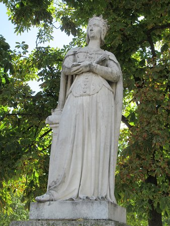 La Statue d'Anne de France: Bien aimé son costume mais je dirai que cette statue ressemble à un portrait et ne pense pas que c'est l'idéal pour décorer un jardin.