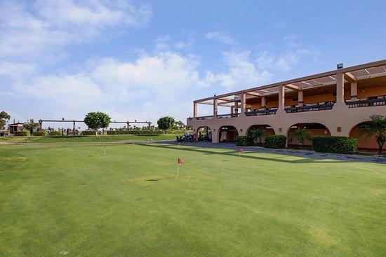Los Alcazares, Spania: Casa club de LA SERENA GOLF junto a la cancha de prácticas y el putting gfreen.