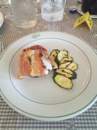 Cantoniera della Presolana, איטליה: Formaggio di malga alla piastra, avvolto in speck, servito su fetta di pane fritto con contorno di zucchine grigliate