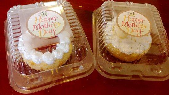 Mey's Bakery: Cheesecake & Lemon Pie
