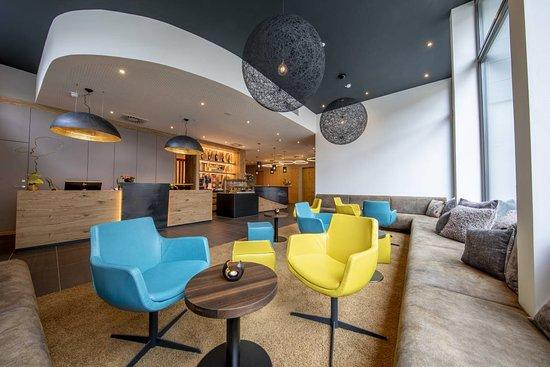 Laupheim, Németország: Unserer Lounge an der Rezeption lädt Sie zum  Verweilen ein.