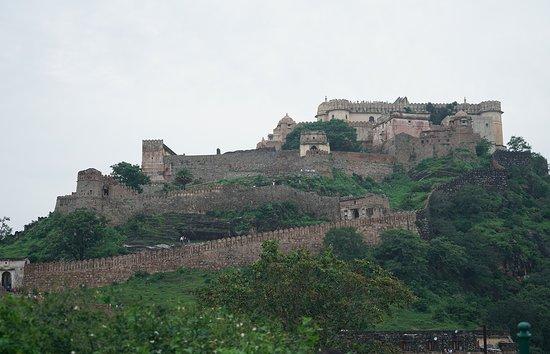 Kumbhalgarh, Ấn Độ: Low angle view of the fort