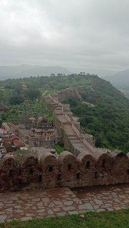 Kumbhalgarh, Ấn Độ: Fort wall extending till the horizon