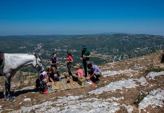 Alvados, البرتغال: Pausa para o almoço, a desfrutar um delicioso pic-nic com uma vista magnífica sobre o vale de Alvados