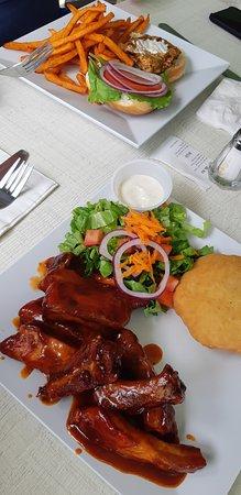 Lazy Lizard Beach Bar & Grill: ribs and a hamburger