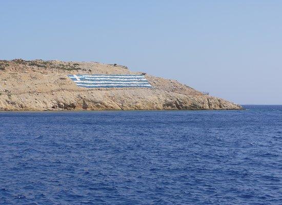 Plavba lodí na Pserimos - blížíme se k přístavu s pláží Avlakia