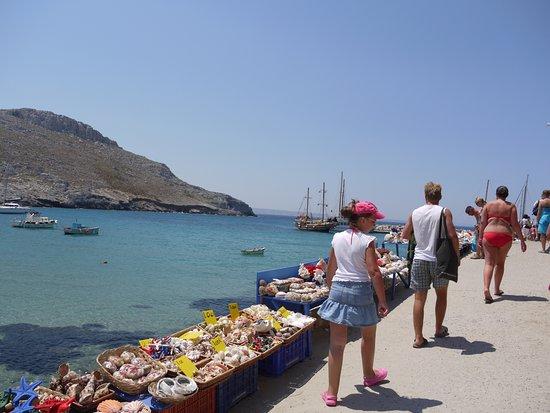 Pobřežní chodník k pláži Avlakia na malém ostrově Pserimos v Egejském moři