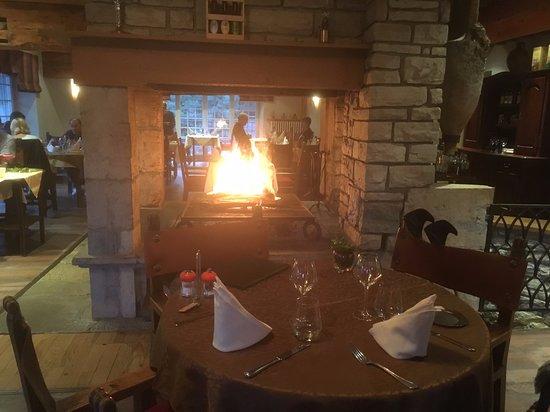 Fort-du-Plasne, Frankrijk: La cheminée au milieu du restaurant