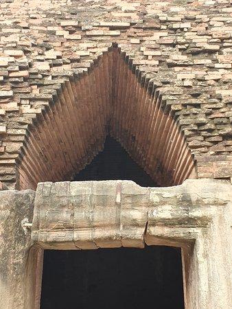 Roluos, Cambogia: great arch