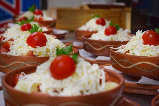 Glozan, Serbia: Salate pripremamo od povrća koje proizvdimo brenda ''Doline Plus''  *Šopska salata*
