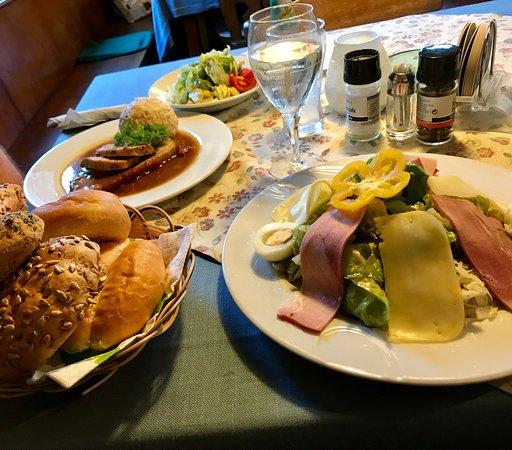 Friesach, النمسا: Hier gibt es Salat und Knödel mit Schweinebraten. Saulecker!