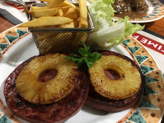 Lae, Papouasie-Nouvelle-Guinée : Hawaiian Ham Steak with chips and salad