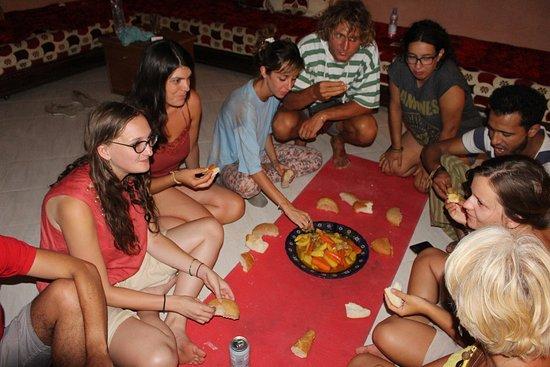 Region Marrákeš Tánsíft al-Húz, Maroko: Sharing food