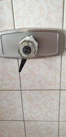 Lubbecke, Duitsland: abgeklebter Duschregler, Temperaturregelung zwischen sehr heiß und kochend heiß möglich --> Duschen dadurch unmöglich