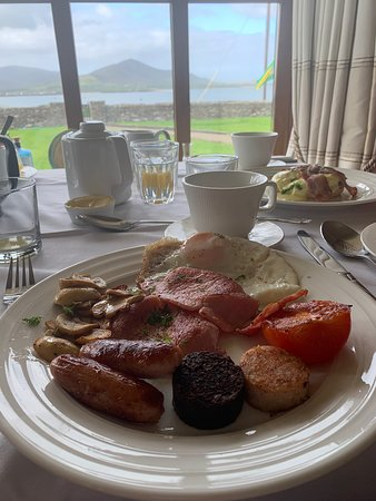 Ballydavid, Irlanti: Breakfast and the view that you just can't put into it it's ☘️