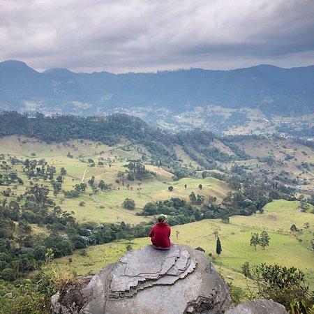 Uno de los miradores más imponentes en Cundinamarca, se encuentra en el municipio de San Antonio del Tequendama y más específicamente en el Parque Natural Chicaque.  Un lugar mágico que espera por tu visita! 15 km de senderos ecológicos y mucha naturaleza en un lugar maravilloso.