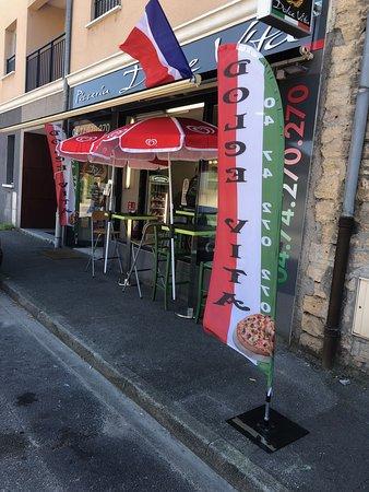 La Tour-du-Pin, France: Pizzeria dolce vita tour du pin : On mange très bien et les prix sont très abordables. La patronne est très accueillante et souriante, et l'ensemble du personnel également ce qui est très appréciable