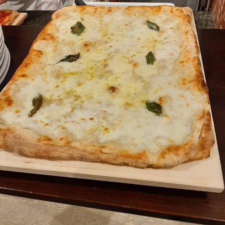 Roccelletta, Italia: Locale accogliente dove puoi trovare pane di cutro cotto a legna cornetti artigianali aperitivi pizza buonissima da pizzaiolo napoletano cucina tipica e casareccia