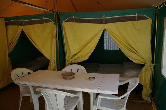 Ceilhes-et-Rocozels, Frankrike: Bungali, espace cuisine et vue sur les 2 chambres