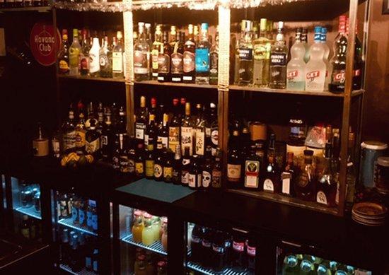 Artigat, Franciaország: Choix variés d'alcool, jus, sirop, sodas, vins...