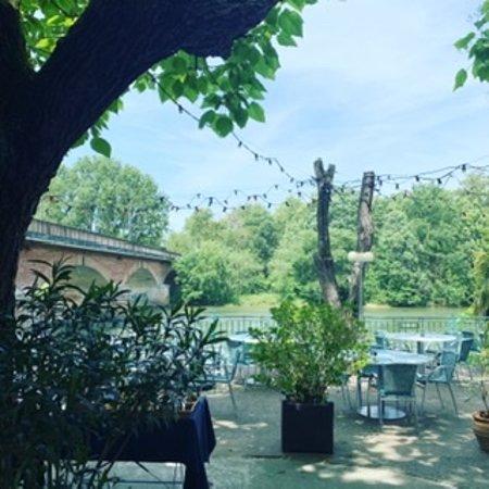 Venerque, France : Terrasse au boed de l'eau