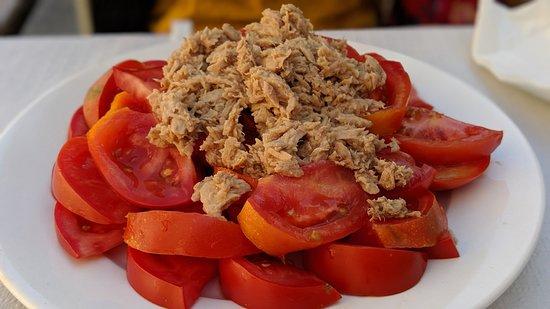 Ensalada de tomates con atún