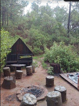 Parque El Tecolote Mazamitla: Esas son las pequeñas chozas para que no se moje la casa de campaña si vas en días lluviosos