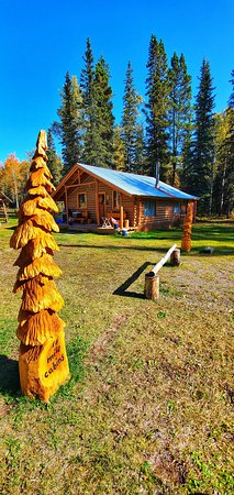 """Dease Lake, Канада: 16 Mile Cabins """"Family Cabin""""  grounds"""