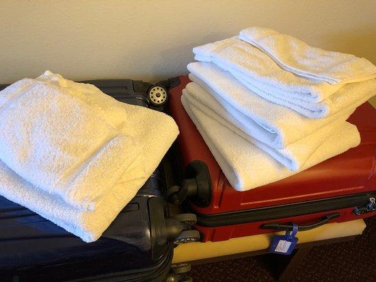 Super 8 by Wyndham West Yellowstone: Serviettes déposées directement sur les valises en lieu et place de la salle de bains.
