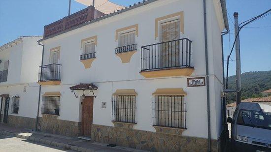 """""""Casa Sinclair"""" está ubicada en la calle Lepanto 65, esquina a la calle El Fresnillo, en la localidad de Estación de Gaucín/El Colmenar en la Provincia de Málaga."""