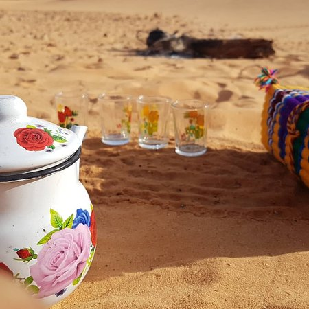 Ghardaia, Argelia: Teabrake in desert with a tea boiled  on wood fire enjoying the calmness ,and the good cCompany