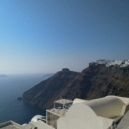 Vista dall'alto da Fira, Santorini in Grecia un vero paradiso da visitare... Le classiche abitazioni che siamo abituati a vedere nelle cartoline sono molto pittoresche, tutte bianche con finestre, porte e tetti blu... Da vedere...